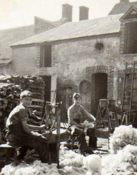 Scène de cardage de la laine à Griselles